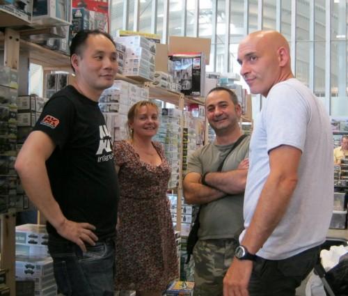 """Sobota cca 14,00- hlavní prodejní den. Vlevo stojí Tony (Tonyshop) skolegyní, uprostřed """"velký malý obchodník"""" Patrice a vpravo je Bruno (Lancier Bleu) … jasný důkaz toho, že teď už si na akce jezdí i obchodníci vlastně """"jen pokecat"""". I když je vidět, že Bruno pozorně sleduje, jestli se u něj u stánku někdo náhodou nezastaví."""