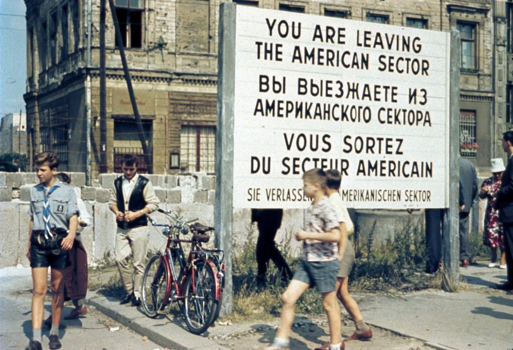 Cedule oznamující, že opouštíte americký okupační sektor Berlína. Po slavné zdi ještě není ani památka.