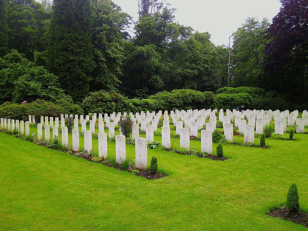 Na tomto malém vojenském hřbitově odpočívá Edgar Swales