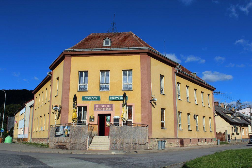 Lidový dům, místo konání akce. V roce 1938 zde byla umístěna hlídka S.O.S. a v Brněnci došlo k ozbrojenému střetu ordnerů a československé armády, v obci se nachází pomník padlým vojákům od PPL 13