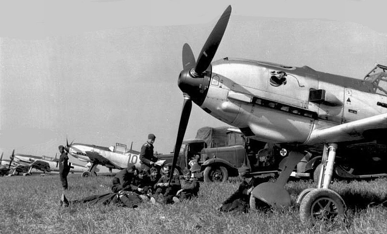 Frankreich, Jagdflugzeuge Me 109 auf Feldflugplatz
