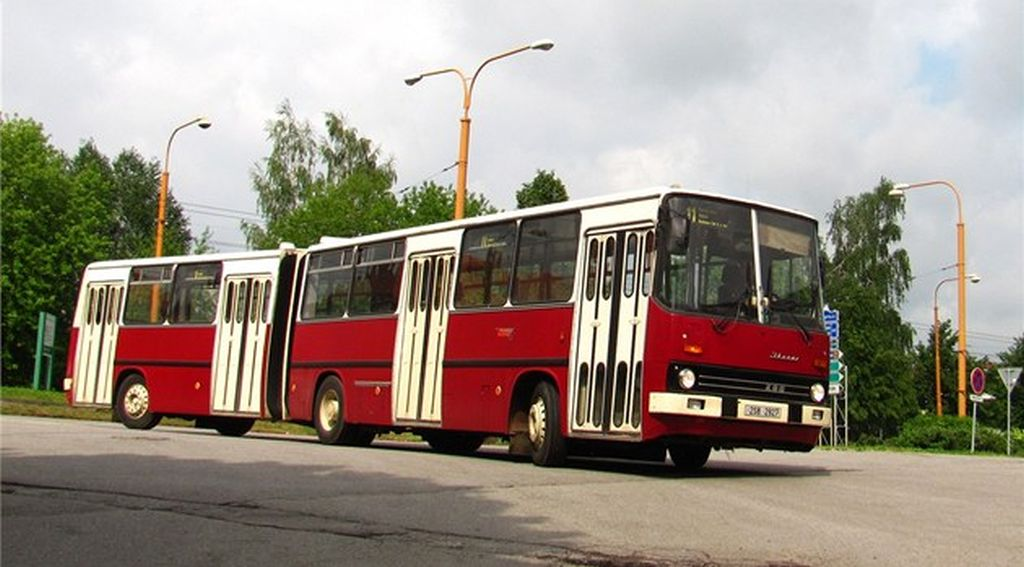 Praktické využití vynálezu ing. Kalamára, kloubový autobus pojmenovaný Ikarus na památku letadlové lodi